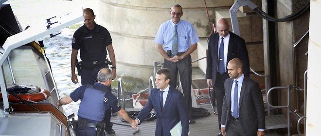 Vedette. Emmanuel Macron quitte Bercy pour aller remettre sa démission à Hollande, le 30 août.