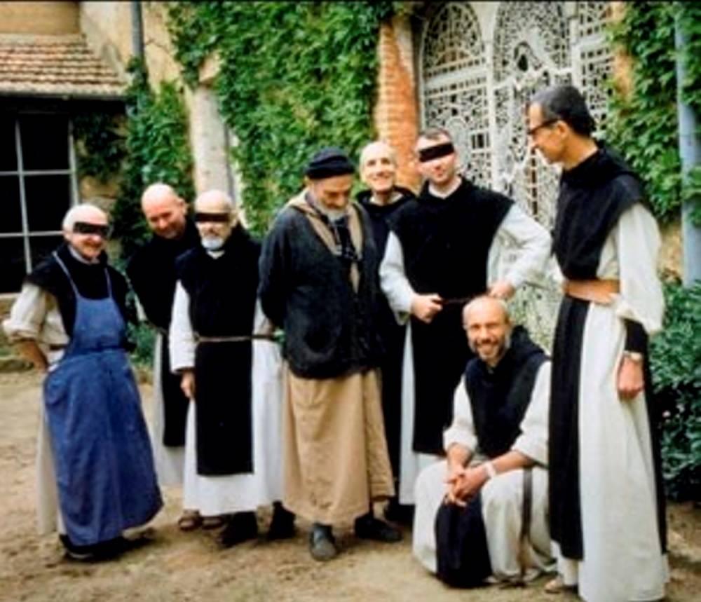 Sept moines français enlevés en mars dans leur monastère de Tibhirine par le GIA de Djamel Zitouni sont retrouvés égorgés.