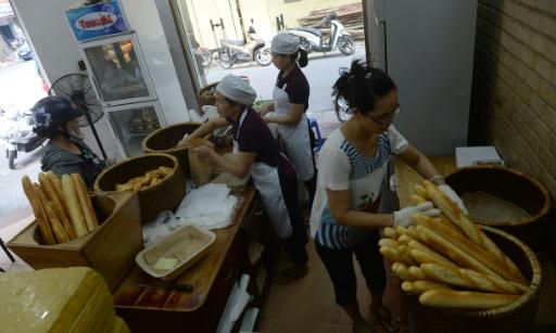 Vente de baguettes dans une boulangerie de Hanoï, le 30 août 2016 © HOANG DINH NAM AFP