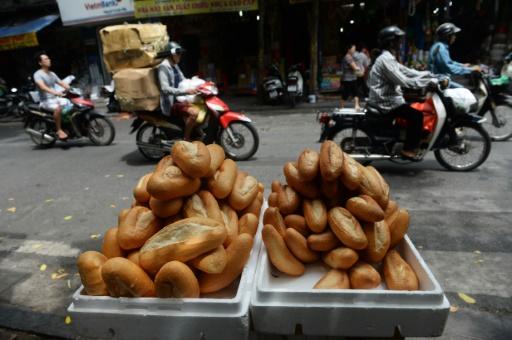 Des pains banh-mi vendus dans une rue de Hanoï, le 1er septembre 2016 © HOANG DINH NAM AFP