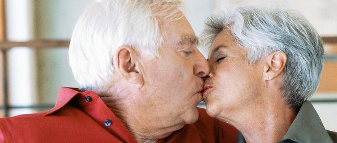 femme agee faisant l amour