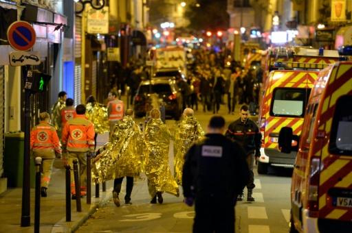 Des spectateurs évcacués le 14 novembre 2015 du Bataclan lors de l'attaque terroriste à Paris © MIGUEL MEDINA AFP
