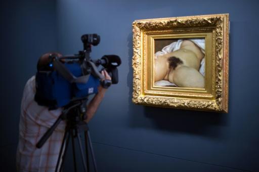 """Le tableau """"l'origine du monde"""" de Gustave Courbet, dont une photo avait été censurée par Facebook, est exposé au musée Courbet d'Ornans (Doubs), le 3 juin 2014 © SEBASTIEN BOZON AFP/Archives"""