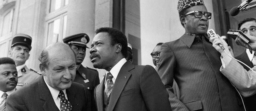 Omar Bongo (au centre) et le président du Zaïre Mobutu Sese Seko (à gauche), le 30 septembre 1980 après une rencontre à l'Elysée avec Valéry Giscard d'Estaing.  ©  AFP/Pierre Guillaud