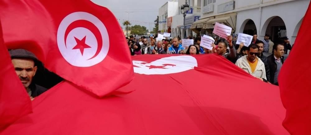 Manifestation de Tunisiens après l'attentat contre le musée Bardo, à Midoun, dans le nord est de Djerba, le 20 mars 2015.  ©  AFP/Robert Michael