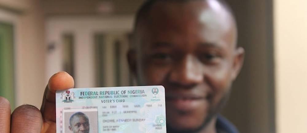 Un homme montrant sa pièce d'identité avant d'aller voter au Nigéria en mars 2015. ©  Flirck