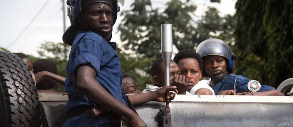 Policiers arrêtant des manifestants lors des rassemblements contre Pierre Nkurunziza, Bujumbura avril 2015. ©  AFP