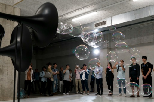 Des visiteurs regardent une création de l'artiste germano-suisse Thom Kubli, lors du festival Ars Electronica, le 8 septembre 2016 à Linz, en Autriche © JOE KLAMAR AFP