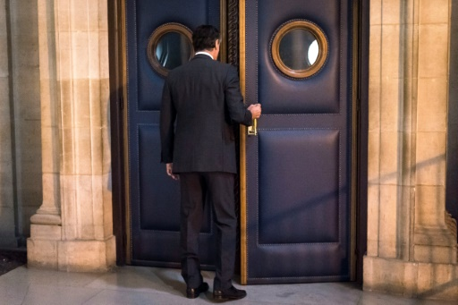 Jérôme Cahuzac entre dans la Salle des Criées où il est jugé depuis huit jours pour fraude fiscale, le 13 septembre 2016 au palais de justice de Paris  © LIONEL BONAVENTURE AFP