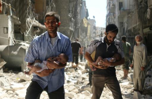 Des bébés évacués des décombres le 11 septembre 2016 à Alep après un raid aérien © AMEER ALHALBI AFP