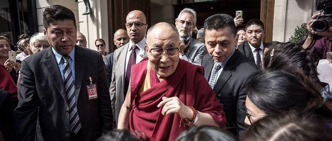 Le dalaï-lama à la sortie du Park Hyatt Vendôme, à Paris, après une conférence de presse, le 13 septembre 2016.