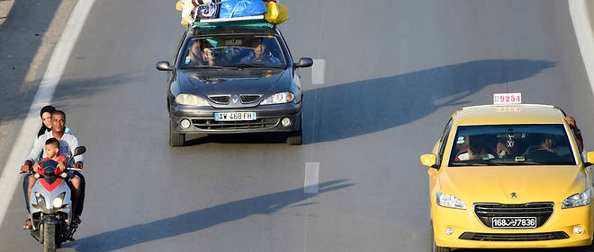 Des Tunisiens sur la route séparant la ville portuaire de La Goulette de Tunis.