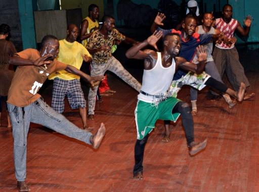Les Ballets ont émerveillé avec leur musique, leurs costumes folkloriques ou majestueux, mais surtout leurs danses et acrobaties à l'énergie frénétique, dont les danseurs font une démonstration le 1er septembre 2016 à Conakry © CELLOU BINANI AFP/Archives