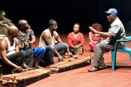 """Répétition des instrumentistes (balafon, kora, percussions, flûte...)  des """"Ballets africains de la République de Guinée"""", le 1er septembre 2016 à Conakry. © CELLOU BINANI AFP/Archives"""
