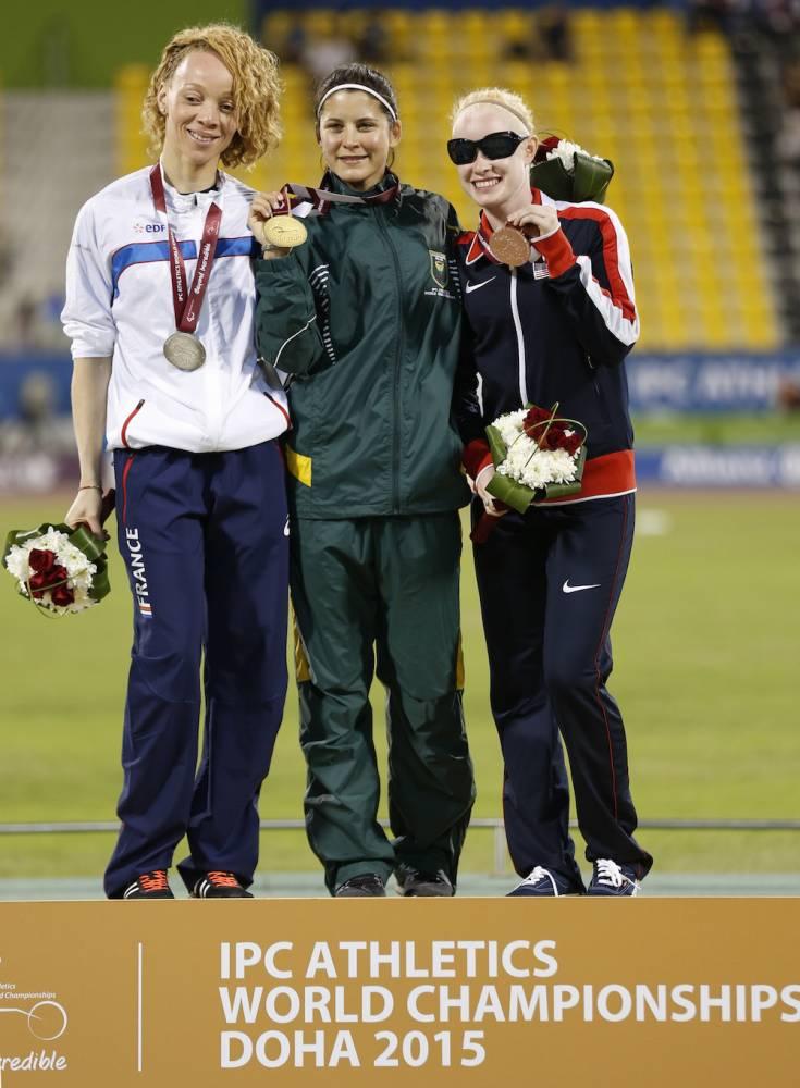 Nantenin Keita (médaille d'argent, à gauche sur la photo) sur le podium du 100m féminin catégorie T13 lors des Championnats du monde au Qatar en octobre 2015.  ©  AFP PHOTO / KARIM JAAFAR