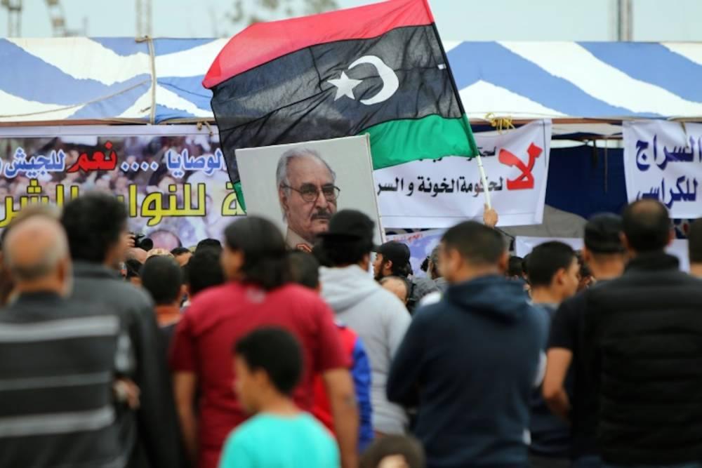 Le portrait du général Khalifa Haftar, chef proclamé de l'armée nationale libyenne (ANL), brandi dans une manifestation à Benghazi, le 6 mai 2016. ©  AFP/Abdullah Doma