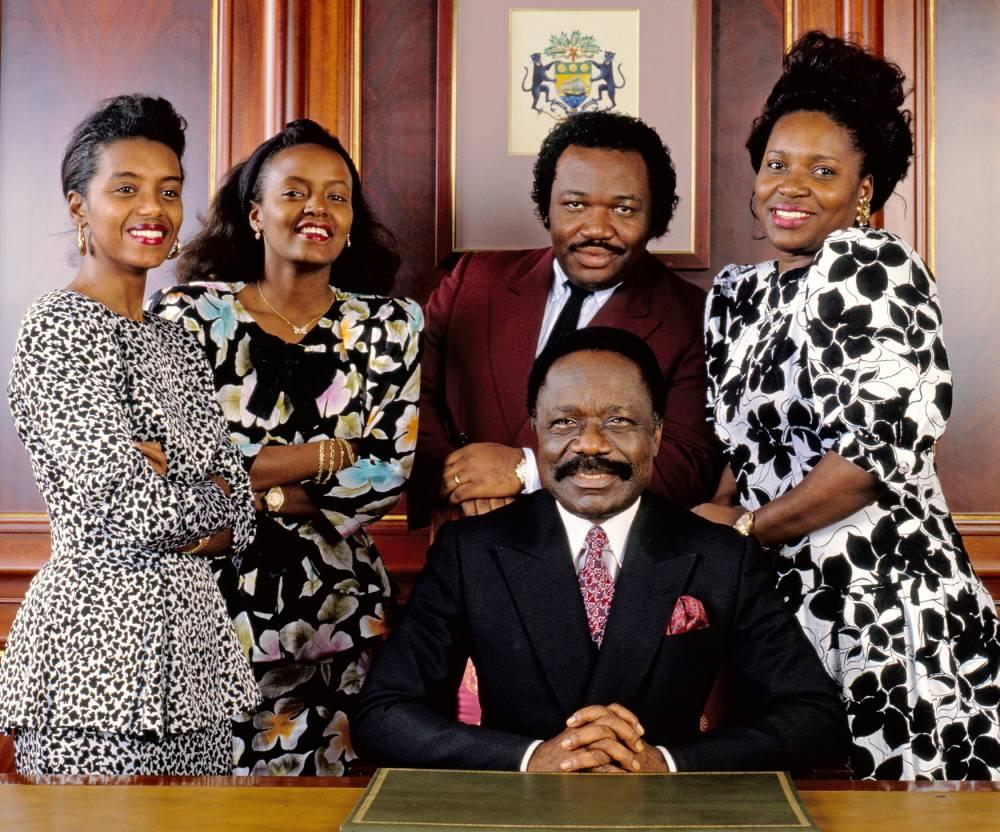Clan. Omar Bongo en 1989. Derrière lui, Ali et, à droite, Pascaline, ex-épouse de Jean Ping. © Bobby Holland / MPTV / Bureau233