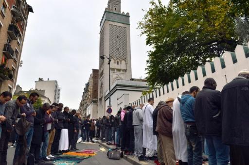 Des musulmans prient près de la Grande mosquée de Paris lorts de la fête du sacrifice le 26 octobre 2012 © MIGUEL MEDINA AFP/Archives