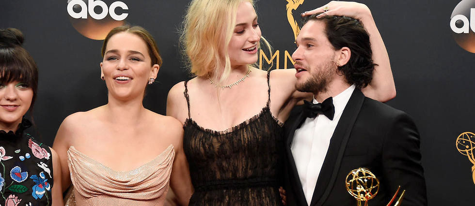 "Maisie Williams, Emilia Clarke, Sophie Turner et Kit Harington sont les grands gagnants de la meilleure serie dramatique aux Emmy Awards avec ""Game of Thrones""."