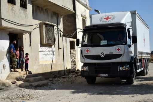 Un camion de la Croix Rouge traverse la localité de Talbisseh, près de Homs, tenue par les forces anti-régime, le 19 septembre 2016 © MAHMOUD TAHA AFP