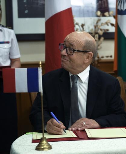 Le ministre français de la Défense Jean Yves le Drian lors de la signature de la vente de 36 Rafale le 23 septembre 2016 à New Dehli © Roberto SCHMIDT afp pool/AFP