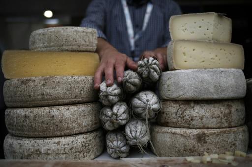 Des fromages et saucissons au Terra Madre Salone del Gusto du mouvement Slow Food à Turin le 22 septembre 2016 © MARCO BERTORELLO AFP