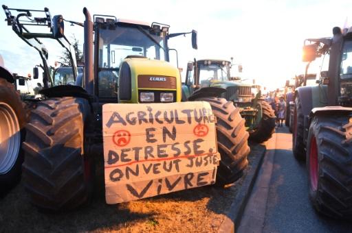 Des agriculteurs bloquent l'accès au siège du groupe agroalimentaire Lactalis à Change dans le nord-ouest de la France le 25 août 2016 © JEAN-FRANCOIS MONIER AFP/Archives