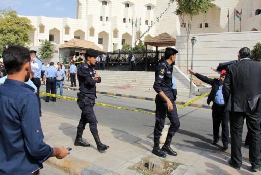 Des policiers à l'endroit où l'écrivain Nahed Hattar, a été assassiné, le 25 septembre 2016 devant un tribunal d'Amman © AHMAD ALAMEEN afp/AFP