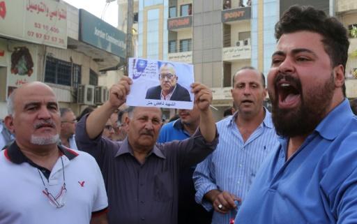 Des manifestent dénoncent l'assassinat à Amman de l'écrivain jordanien Nahed Hattar, le 25 septembre 2016 à Fuheis, au nord-ouest de la capitale © Khalil MAZRAAWI AFP