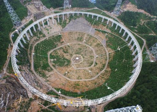 Le radiotélescope FAST de Pingtang, dans le sud-ouest de la Chine, en construction le 29 juillet 2015 © STR AFP/Archives