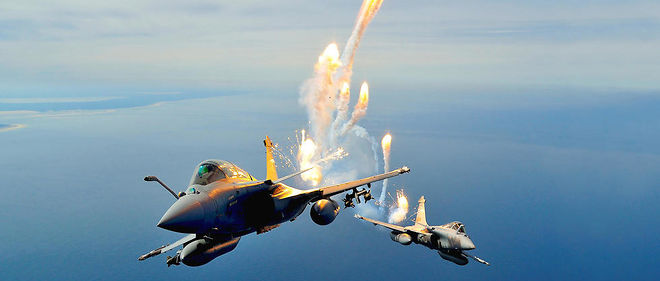 Performance. Des Rafale del'escadron de chasse «Côte d'argent» en formation serrée tirent des leurres antimissiles aériens.