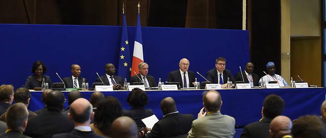 Le ministre français des Finances, Michel Sapin, entouré des responsables de la zone Franc, lors de la rencontre annuelle d'octobre 2015.