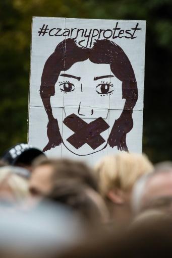 Manifestation en faveur de l'avortement, le 1er octobre 2016 devant le Parlement à Varsovie, en Pologne © WOJTEK RADWANSKI AFP