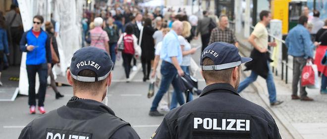 Patrouille à Dresde, qui accueille du 1er au 3 octobre les festivités à l'occasion de la fête nationale, qui est aussi celle de la réunification, en Allemagne.