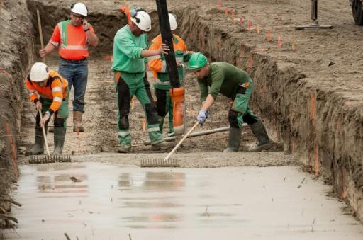 Des ouvriers s'activent sur le chantier du mur de Calais, le 20 septembre 2016 © PHILIPPE HUGUEN AFP/Archives