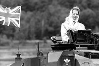 Discipline. A bord d'un char lors de sa visite aux troupes britanniques à Lunebourg (Allemagne), en 1986. ©Teutopress