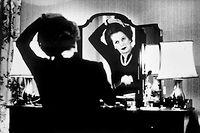 Conquérante. Au 10 Downing Street, Margaret Thatcher est chez elle. Installée au poste de Premier ministre depuis mai1979, la voici devant son miroir, pendant les élections de 1983, que les torys remporteronthaut la main.
