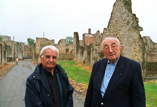 Robert Hebras et Jean-Marcel Darthout (D) posent devant les ruines d'une grange, le 27 mai 2004 à Oradour-sur-Glane (Haute-Vienne) © MICHEL HERMANS AFP/Archives