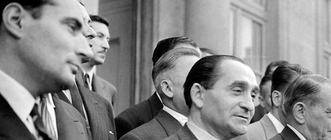 Tout juste nommé ministre de l'Intérieur, François Mitterrand (à gauche) pose aux côtés de Pierre Mendès France, le 19 juin 1954, sur le perron de l'Élysée.