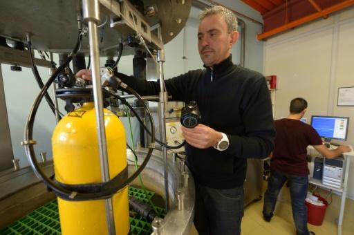Des ingénieurs en recherche et développement de l'usine d'Aqua Lung, à Carros, près de Nice, le 7 octobre 2016. © Yann COATSALIOU AFP/Archives