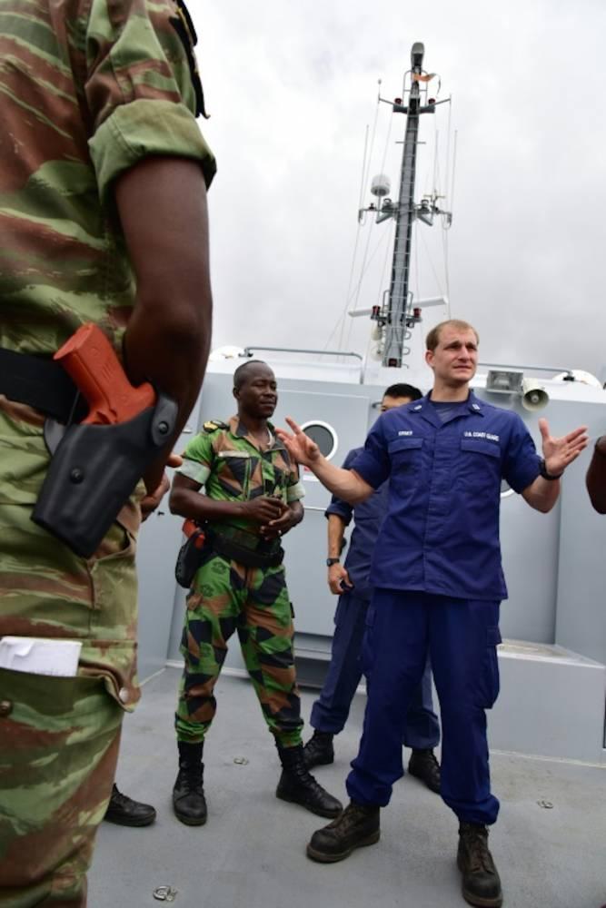 Exercice anti-piratage entre Ivoiriens et Américains le 25 août 2016 à Abidjan. ©  AFP/Issouf Sanogo