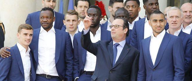 """François Hollande avec l'équipe de France de football. Emmanuel Petit est outré par les propos du chef de l'État : """"Je trouve que c'est un raccourci que ne devrait pas prendre le président de la République. Ça me déçoit, mais ça ne me surprend pas."""""""