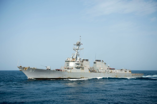 Photo fournie par l'US Navy du navire de guerre américain USS Mason lors d'une manoeuvre en mer, le 3 août 2016 © Handout Navy Visual News Service (NVNS)/AFP/Archives