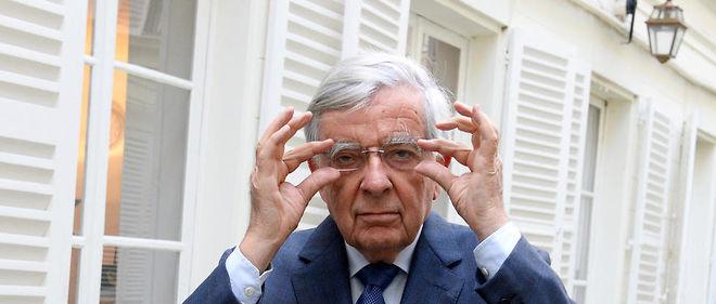 Prof. Jean-Pierre Chevènement devant ses bureaux de la rue de Bourgogne, à Paris, le 7octobre.