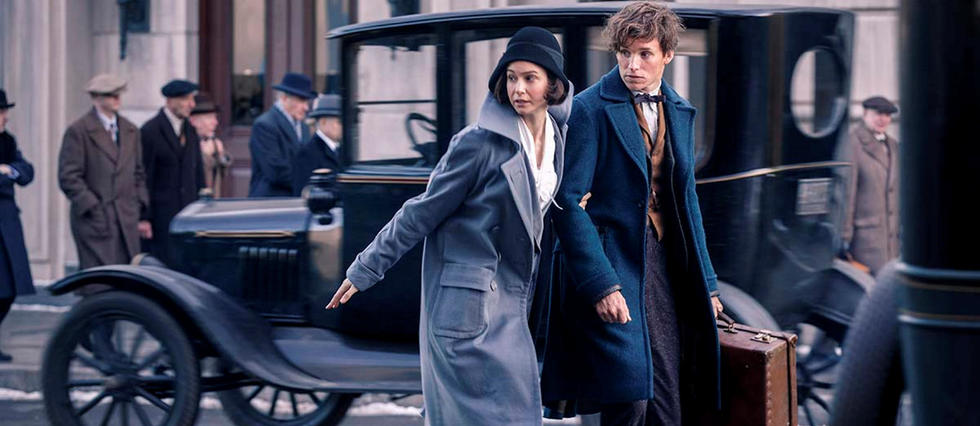 Eddie Redmayne incarne Norbert Dragonneau (Newt Scamander en VO), au côté de Katherine Waterston (alias Porpentina Goldstein dans le film).
