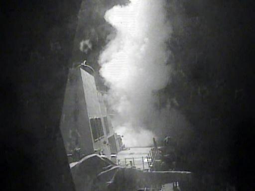 Une photo obtenue par la marine américaine montre le destroyer lance-missiles USS Nitze lance une attaque contre trois sites de radars côtiers en territoire contrôlé par les Houthis sur la côte de la mer Rouge du Yémen, le 13 octobre 2016 © HO US NAVY/AFP