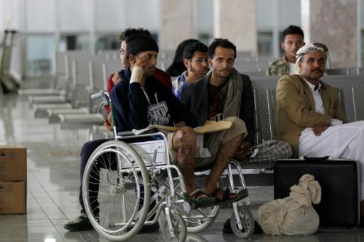 Evacuation vers Oman de yéménites blessés dans le bombardement de la coalition arabe, le 15 octobre 2016 à l'aéroport de Sanaa © MOHAMMED HUWAIS AFP