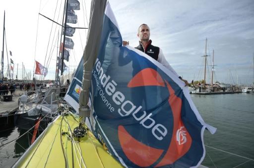 """Le skipper Fabrice Amedeo à la barre du """"Newrest-Matmut"""", aux Sables d'Olonne, le 15 octobre 2016 © JEAN-SEBASTIEN EVRARD AFP"""