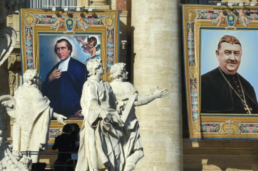 Le Français Salomon Leclercq, assassiné durant la Révolution française, et l'évêque espagnol Manuel Gonzales Garcia (D) ont été canonisé, le 16 octobre 2016 au Vatican © ANDREAS SOLARO AFP
