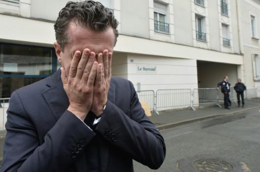 Christophe Béchu, le maire d'Angers, le 16 octobre 2016 après une conférence de presse devant l'immeuble où quatre jeunes sont mort dans l'effondrement d'un balcon © JEAN-FRANCOIS MONIER AFP